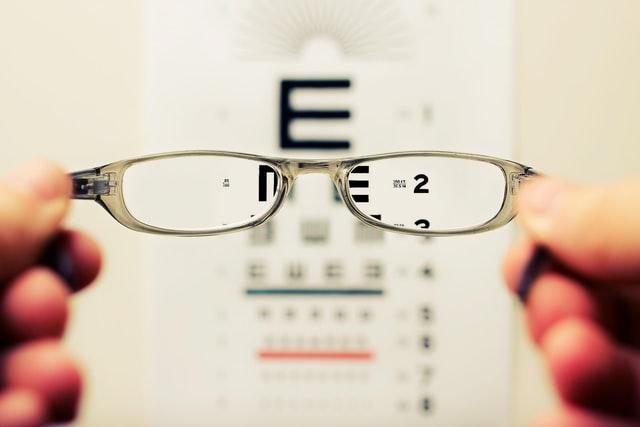Test de lunette chez un opticien-lunetier.